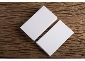 在木质背景上展示企业身份的空白白色名片_1275547