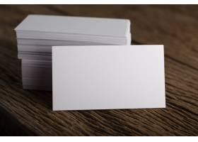 在木质背景上展示企业身份的空白白色名片_1275561