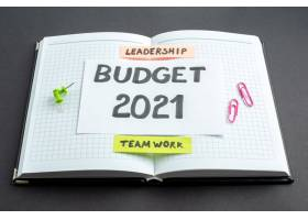在深色背景的打开记事本中的前视图预算票据_13291924