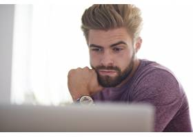 在电脑上工作的年轻人_13134027