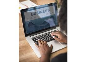 在笔记本电脑上工作的女商人_2757002