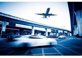 城市中模糊的街景一架飞机飞过_1120050