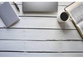 头顶拍摄的白色木质表面上面有笔记本电脑_13005871
