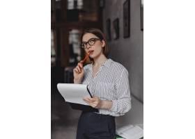 女人咬着铅笔琢磨着新的商业点子办公室_12430676