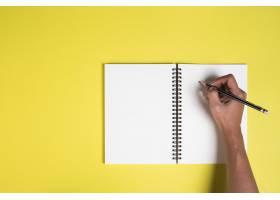 女人的手拿着空白的笔记本_3927725