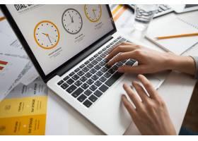 女商人在办公室使用笔记本电脑的手_1121932