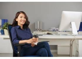 女商人在办公椅上摆姿势_5577414