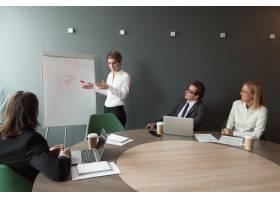 女商人在商务培训中介绍市场研究成果_3953822