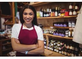 女工作人员在超市交叉双臂站立_8236523