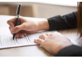 女性填写申请表的裁剪视图_1022672