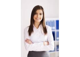 办公室里微笑的年轻女商人的肖像_12652799