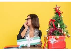 办公室里情绪激动的女商人戴着眼镜指着_13407279