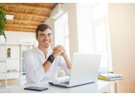 办公室里穿着白衬衫的快乐成功青年商人的肖_10625674