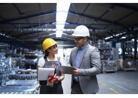 厂区经理主管和工人讨论生产效果和新策略_11034000