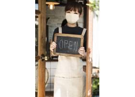 咖啡馆里戴口罩的日本咖啡师_13300986