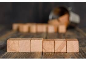 商业战略概念从木桌侧面看木桶里散落着_9485845