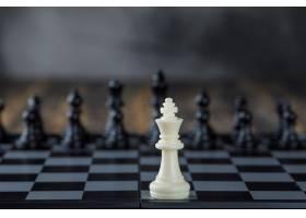 商业战略概念棋盘上的数字模糊的木质桌_9426572