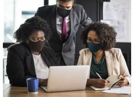商业新常态人们在办公室里戴着口罩_13311670