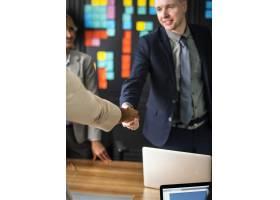 商务人士在会议室握手_3532670