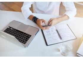 商务人士在办公室穿着白衬衫的顶视图_10625657