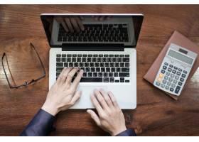 商务人士在木桌上用笔记本电脑或平板电脑工_1203663
