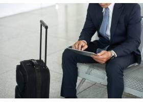 商务人士在机场使用平板电脑_5576857