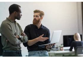 两位年轻精明的商人讨论新项目_7337511