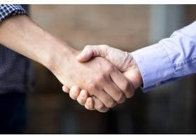 两名商人握手的特写_1196335