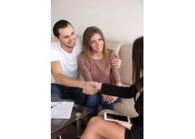 交易成功后握手夫妻和女性签约垂直_3938447