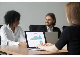 从事项目统计工作的女商人在团队会议上准备_3938076