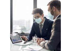 公司商务人员戴着口罩在办公室工作新常态_12193198
