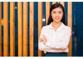 优雅的亚洲女士在木质隔板前的特写_1027185