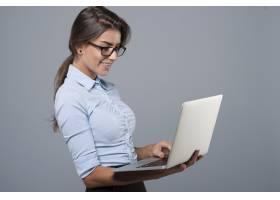 使用笔记本电脑的年轻女商人_12652356