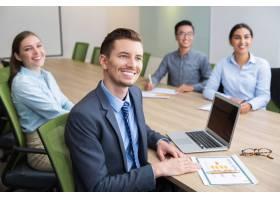 兴高采烈的年轻商人坐在研讨会上_1022645