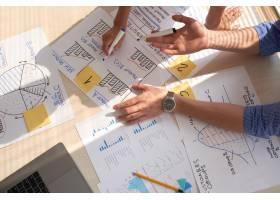 创意团队讨论用记号笔绘制的商业图表的顶视_5698535
