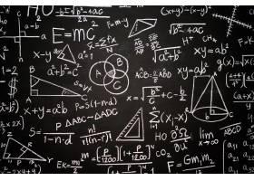 刻有科学公式和计算的黑板_5896959