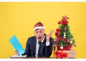 前景令坐在圣诞树旁的商务人士惊叹不已并_13361336