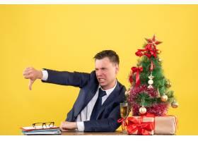 前景愤怒的年轻人做拇指向下的手势坐在圣_13361498