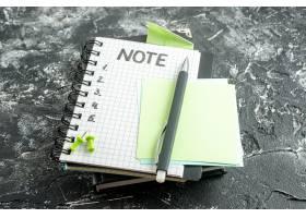 前视图打开记事本在灰色背景上使用钢笔和_13292606