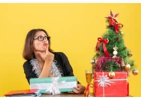办公室里一位西装革履戴着眼镜的女商人_13405782