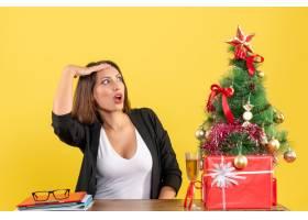 Xsmas心情与年轻的不满意的严肃情绪的女商_13408865