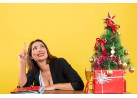 Xsmas心情与年轻的女商人指着_13408750