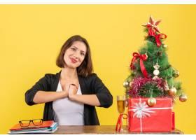 Xsmas心情带着年轻满意快乐的女商人坐_13408825