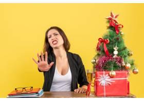 Xsmas情绪与年轻的不满足严重愤怒情绪的女_13408860