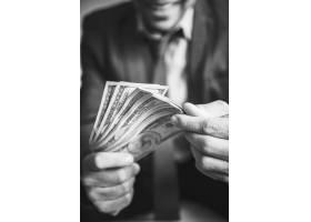 一个携带大量现金的人_3539801
