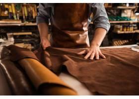 一个鞋匠在用皮革纺织品工作的特写镜头_7573202