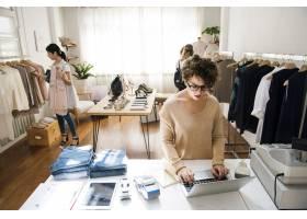 一位女企业主正在使用笔记本电脑_3295511