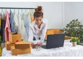 一位女商人在网上工作培训她在家中办公室_7957185