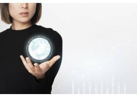 一位女商人手持一个高科技数字生成的地球仪_13301517