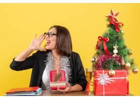 一位西装革履的女商人戴着眼镜展示着她_13405790